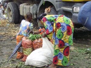 Approvisionnement - Les vendeuses viennent acheter les légumes en gros à la gare routière non loin du marché